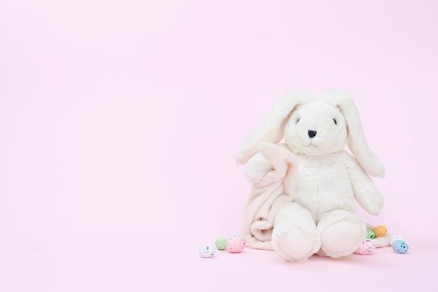 Wielkanocny królik na różowym tle, kopii przestrzeń