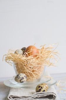 Wielkanocny kurczak i przepiórek jajka w szklanej filiżance