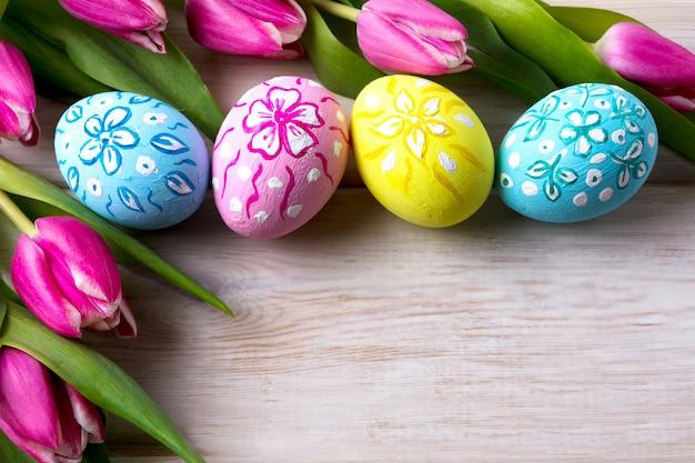 Wielkanocny kwiecisty ornated jajka i różowy tulipan bukiet
