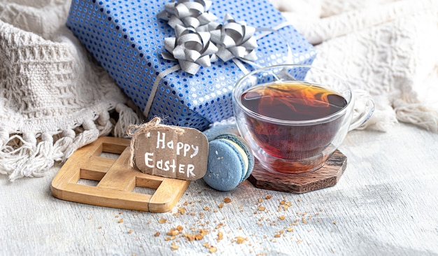 Wielkanocny nastrój, przytulna wielkanocna martwa natura z wystrojem przy oknie. poranna herbata z deserem. pojęcie świąt wielkanocnych.
