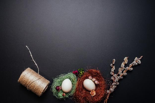 Wielkanocny pojęcie, jajka, gałąź kici wierzba na czarnym tle.