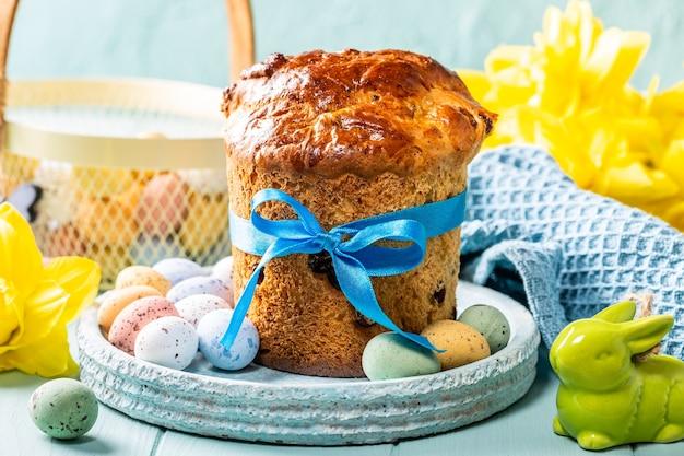 Wielkanocny prawosławny słodki chleb, kulicz i kolorowe jajka przepiórcze