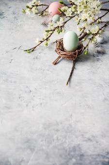 Wielkanocny skład na popielatym betonowym backgrount