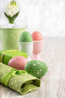 Wielkanocny skład z jajkami i białym hiacyntem