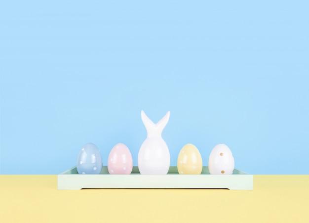 Wielkanocny skład z malującymi jajkami i easter królikiem