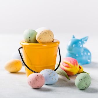Wielkanocny skład z przepiórczymi jajkami i tulipanami