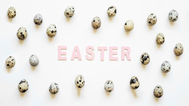 Wielkanocny słowo w przepiórek jajkach