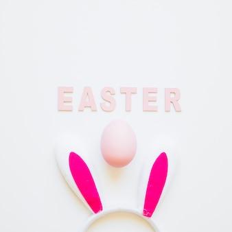 Wielkanocny słowo z królików ucho i jajkiem