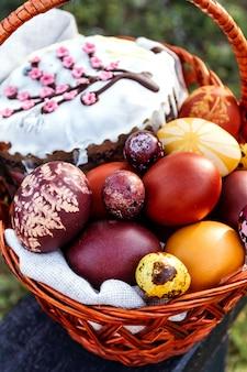 Wielkanocny tło, barwiący kurczak i przepiórek jajka na jaskrawym naturalnym tle.