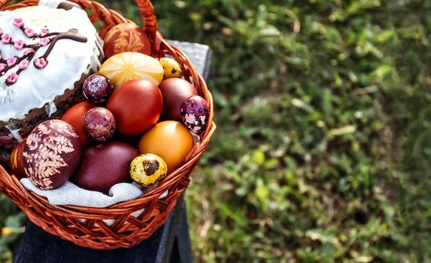 Wielkanocny tło, barwiący kurczak i przepiórek jajka na jaskrawym naturalnym trawy tle.