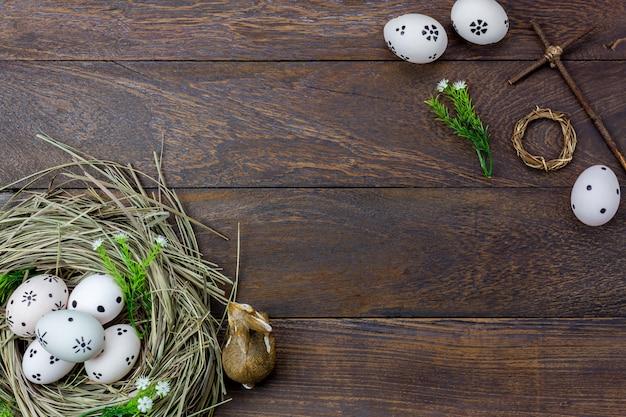 Wielkanocny tło. szczęśliwe pisanki również namalowały królika i krzyż.
