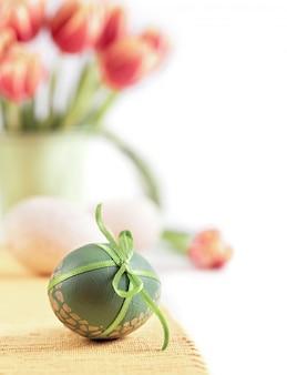 Wielkanocny tło w czerwieni, pomarańcze i zieleni