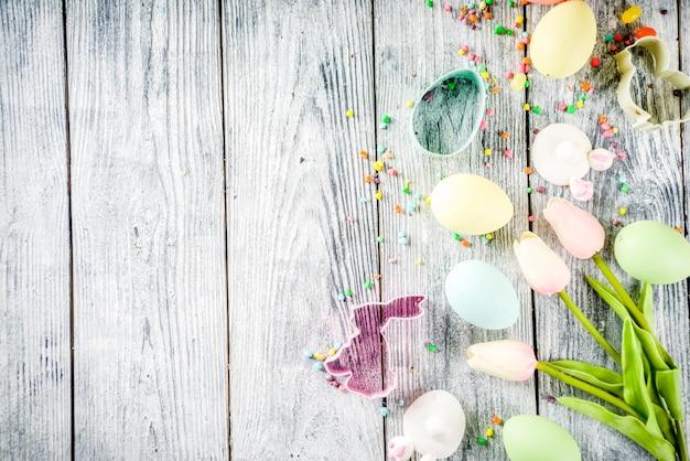Wielkanocny tło z jajkami i kwiatami
