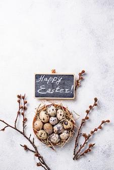 Wielkanocny tło z przepiórek jajkami i kici wierzbą