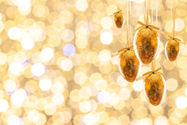 Wielkanocny tło z realistycznymi złotymi dekorującymi jajkami. wesołych świąt wielkanocnych.