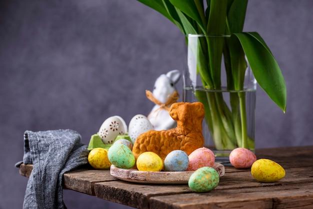Wielkanocny tło z tulipanami i jajkami