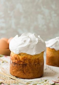 Wielkanocny tort z kolorów jajkami zamyka up, wielkanocne wakacje