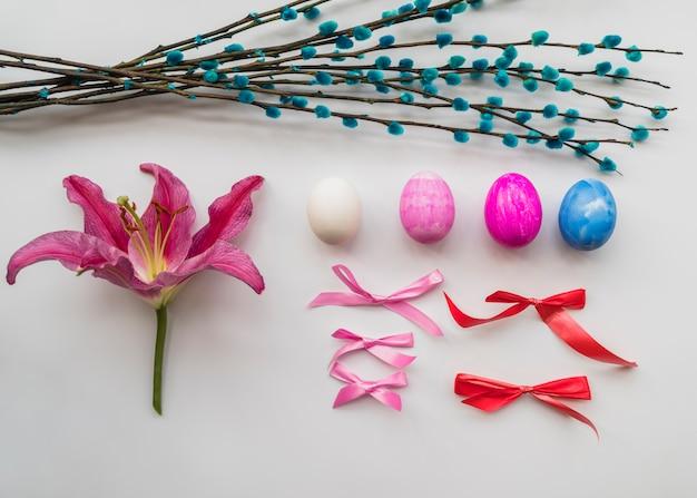 Wielkanocny zestaw kolorowych atrybutów