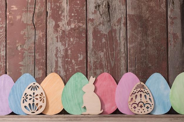 Wielkanocy papierowi jajka na drewnianym tle