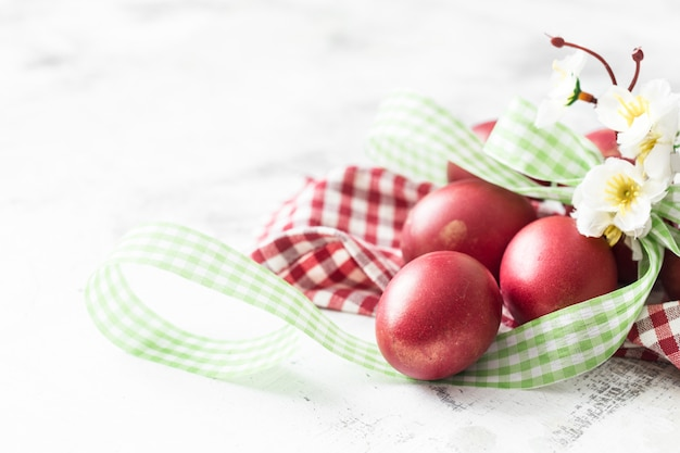 Wielkanocy ściana z czerwonym jajkiem z kwiatami