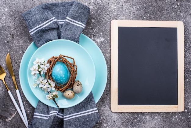 Wielkanocy stołowy położenie z błękitnym jajkiem