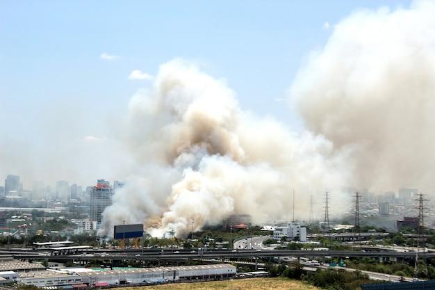 Wielki dym z centrum miejskiego miasteczka z krajobrazem miasta
