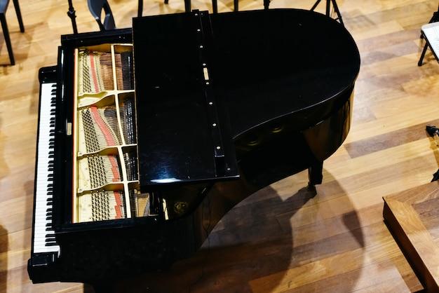 Wielki fortepian z góry.