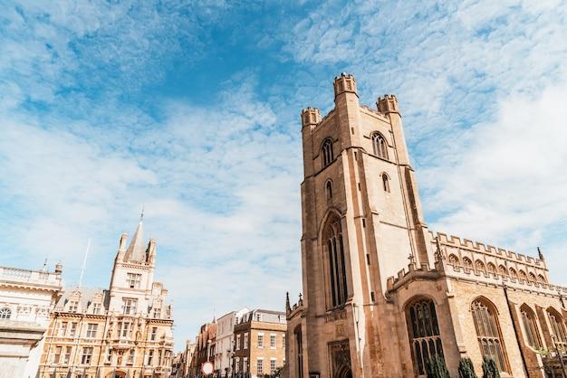 Wielki kościół mariacki w centrum miasta cambridge