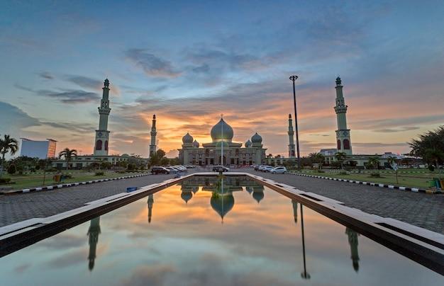 Wielki meczet annur pekanbaru, masjid agung pekanbaru, riau, indonezja