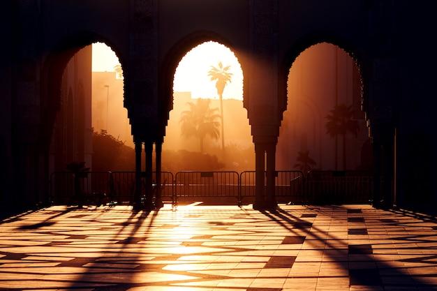 Wielki meczet hassana 2 o zachodzie słońca w casablance