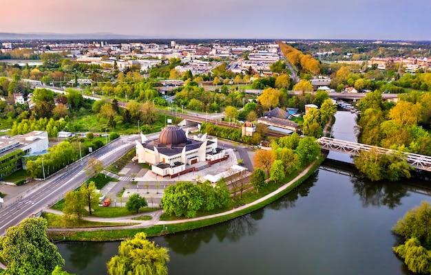 Wielki meczet w strasburgu i rzeka ill. alzacja, francja