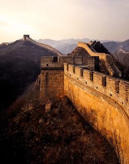Wielki mur chiny o wschodzie słońca, badaling, w pobliżu pekinu.