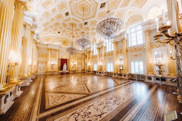 Wielki pałac w carycynie latem, rosja. park carycyno to jedna z głównych atrakcji turystycznych moskwy. piękny, malowniczy widok na stary kompleks carycyna latem.