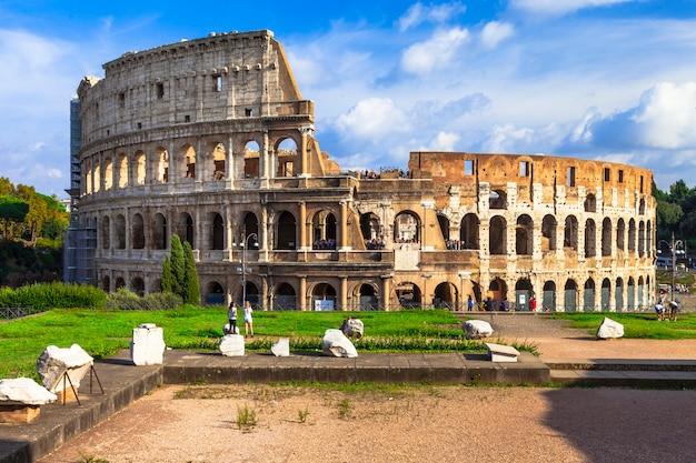 Wielki rzym - widok na antyczną arenę koloseum. podróże i zabytki we włoszech