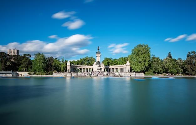 Wielki staw i pomnik alfonsa xii w parku retiro parque del buen retiro w madrycie