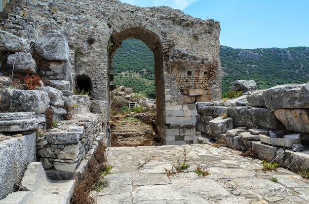 Wielki teatr w efezie, turcja. efez był starożytnym greckim miastem, a później ważnym miastem rzymskim i jednym z największych miast w basenie morza śródziemnego.