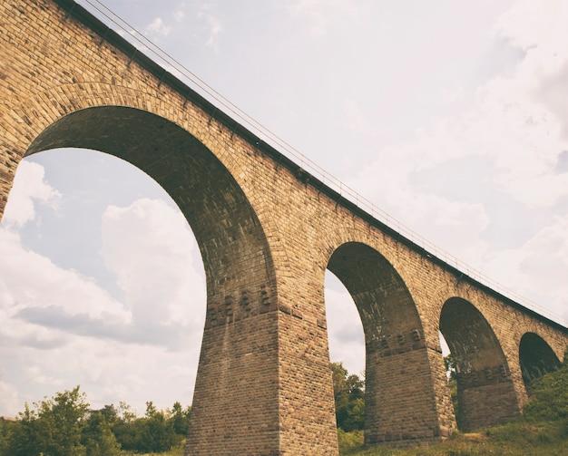 Wielki wiadukt kolejowy z cegły