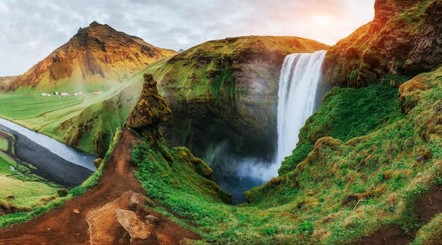 Wielki wodospad skogafoss na południu islandii w pobliżu