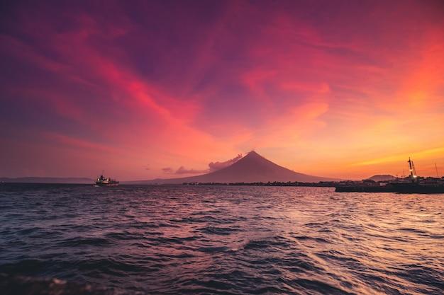 Wielki wulkan majon na wyspie luzon panoramiczny widok