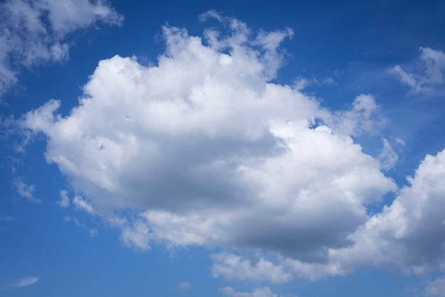 Wielkie białe chmury na niebieskim niebie jako kobieta
