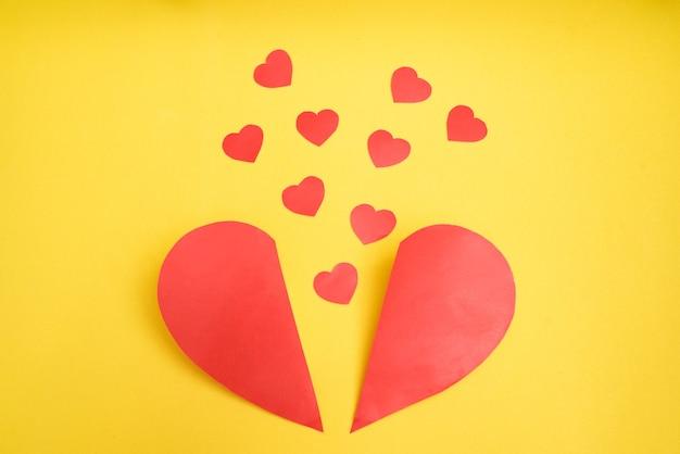 Wielkie czerwone serce podzieliło się na dwie połowy, a na żółtym pojawiło się wiele małych serc