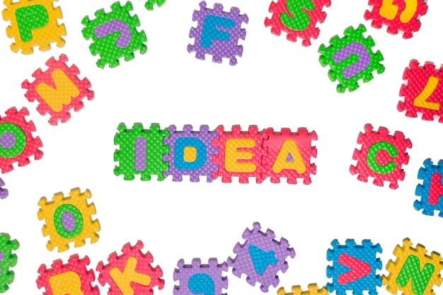 Wielkie litery z puzzli