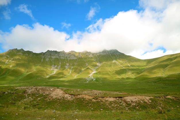 Wielkie pasma górskie kaukazu wzdłuż gruzińskiej autostrady wojskowej, gudauri town, georgia