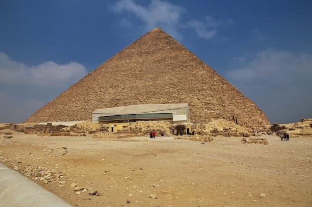 Wielkie piramidy starożytnego egiptu w gizie kair