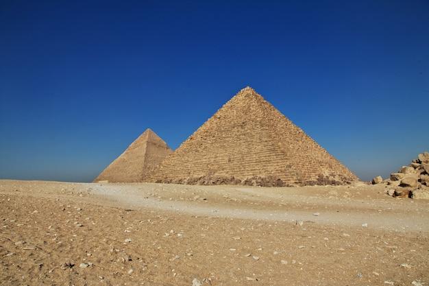 Wielkie piramidy starożytnego egiptu w gizie w kairze