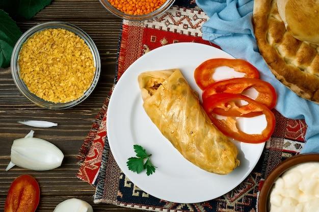 Wielkopostna dolma czyli gołąbki warzywne - pasuts tolma to wegetariańskie danie kuchni ormiańskiej, kaukaskiej. widok z góry