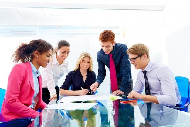Wielo- etniczna praca zespołowa młodzi ludzie biznesu