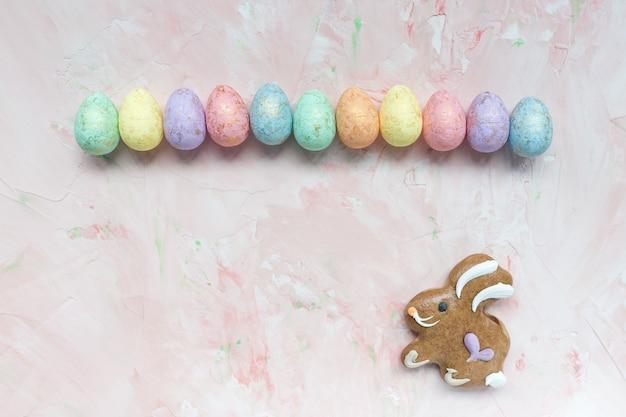 Wielobarwna dekoracja jajka i piernikowe ciastko zając wielkanocny