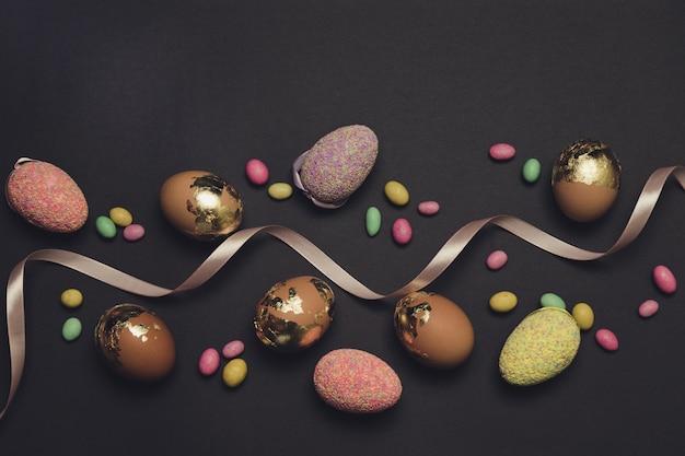 Wielobarwne cukierki, jajka i wstążki