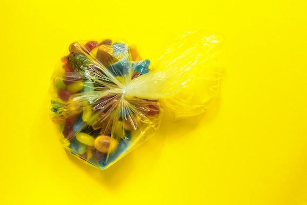 Wielobarwne glazurowane żelki w plastikowej torebce